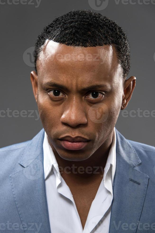allvarlig ung afrokaribisk man foto