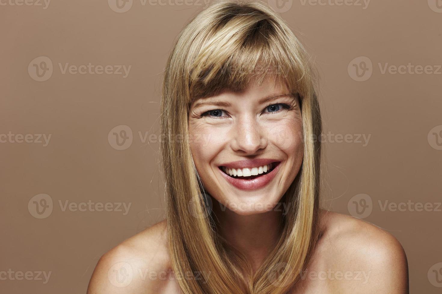 glad blond kvinna foto
