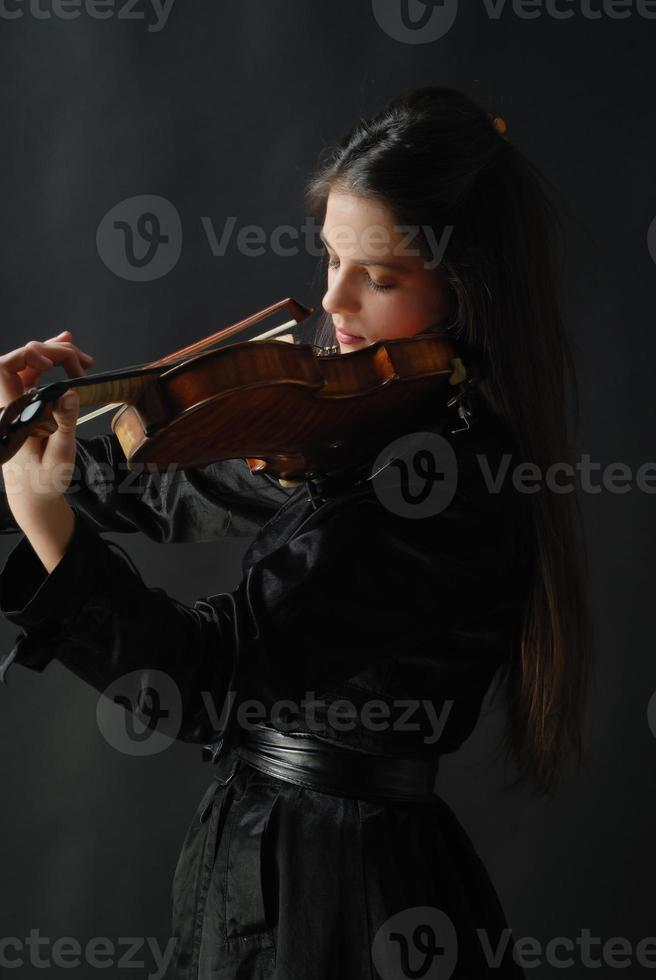 vacker flicka med fiol foto