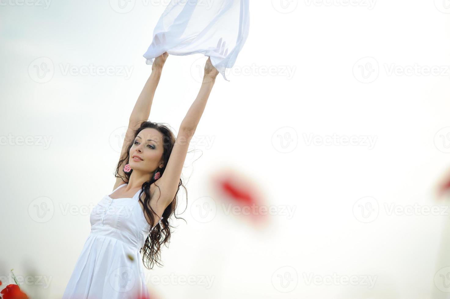ung kvinna med vit halsduk i vallmo-fältet foto