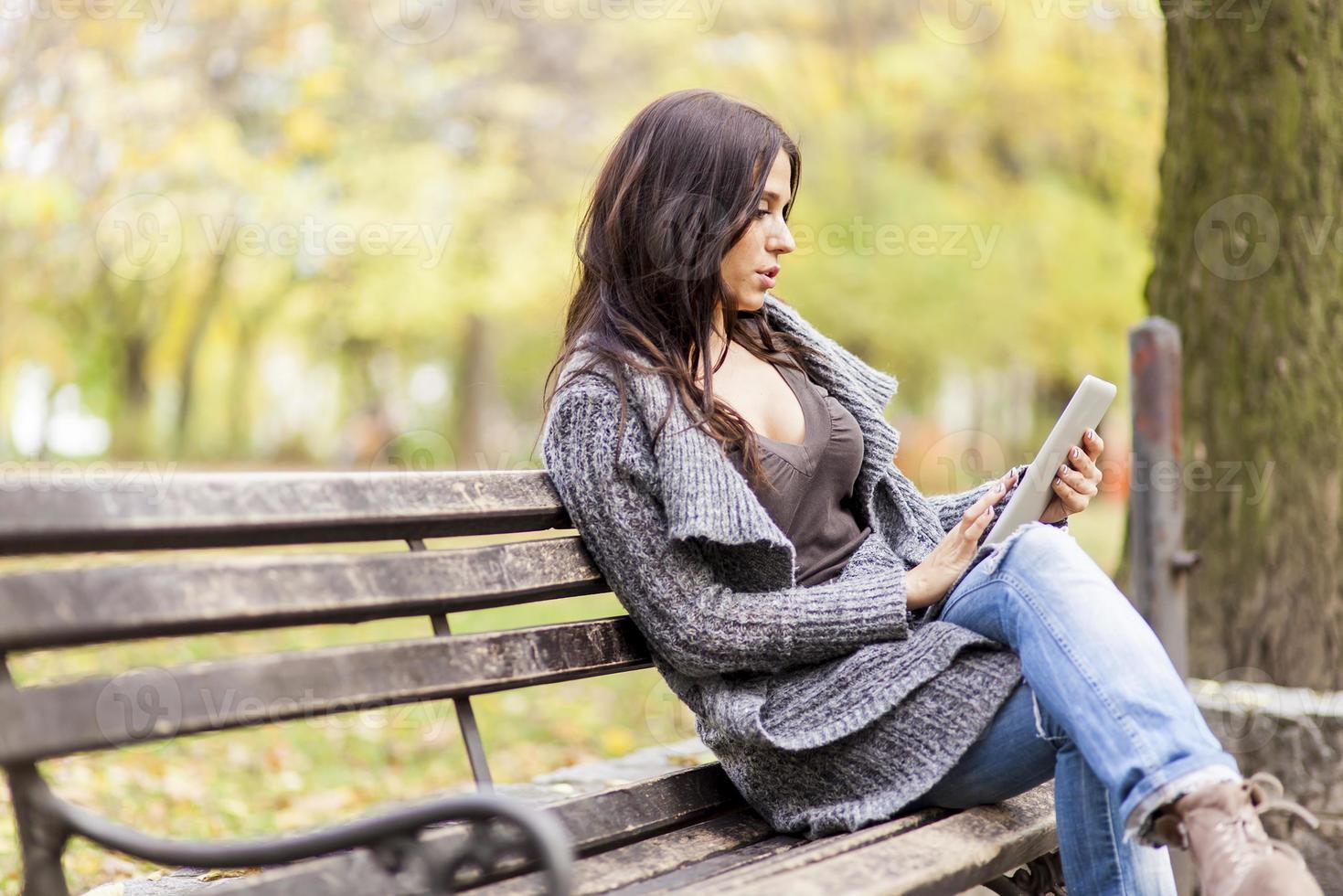 ung kvinna på bänken foto