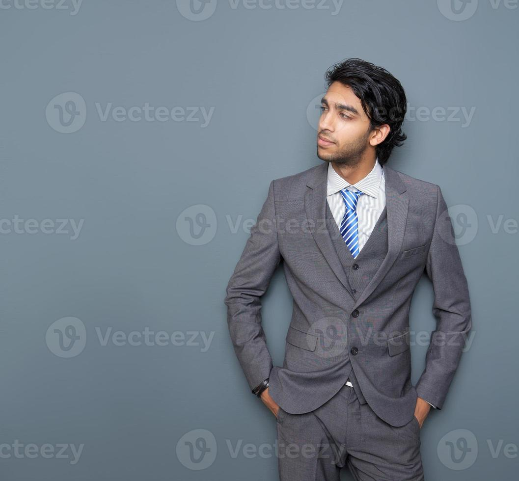 närbild porträtt av en attraktiv ung affärsman foto