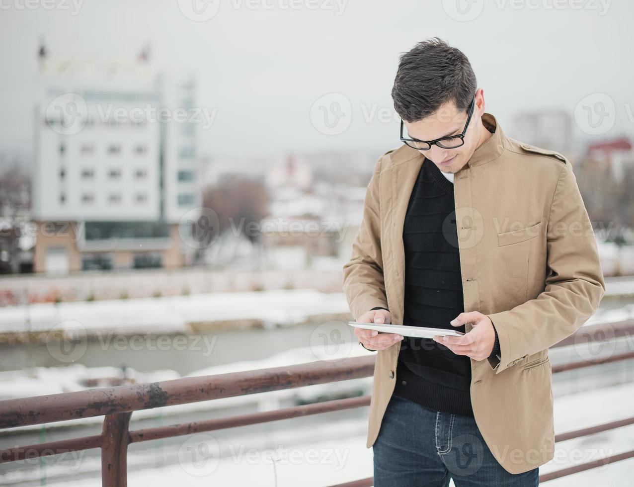man använder digital tablet foto