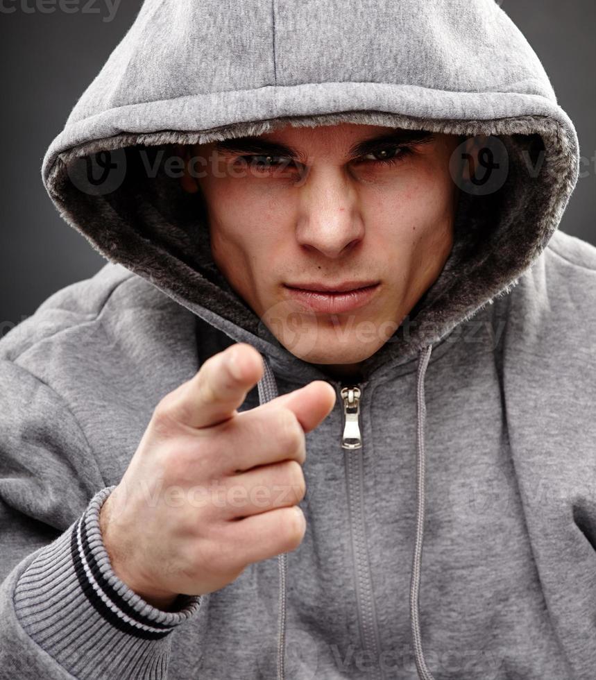 närbild av en farlig gangster foto