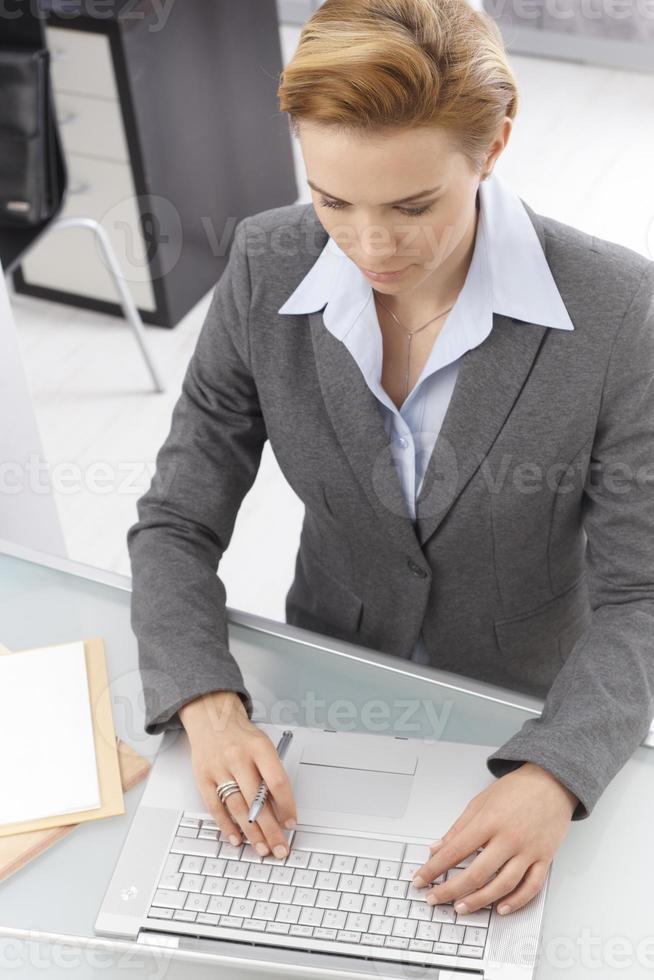 ovanifrån av arbetande affärskvinna foto
