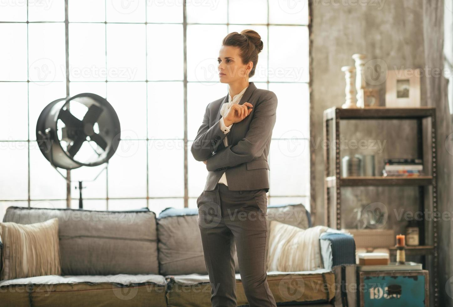 tankeväckande affärskvinna i loftlägenhet foto