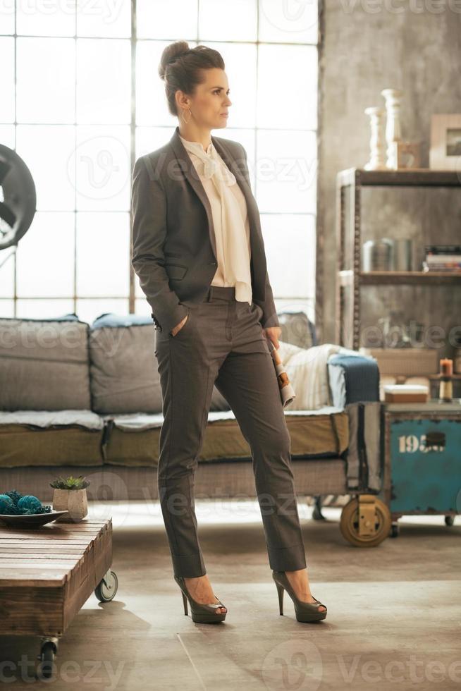 porträtt av affärskvinna med magasin står i lägenhet foto