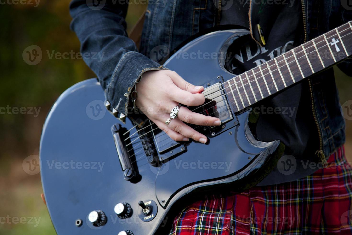 tjej med en gitarr foto