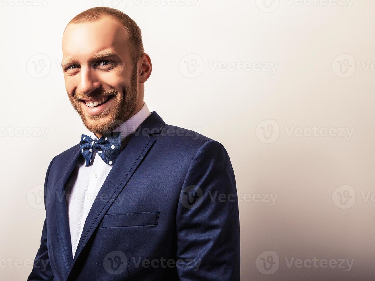 elegant ung stilig man i mörkblå kostym. foto