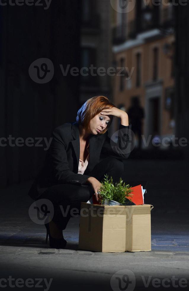 ung arbetslös affärskvinna sparken från jobbet på gatan foto