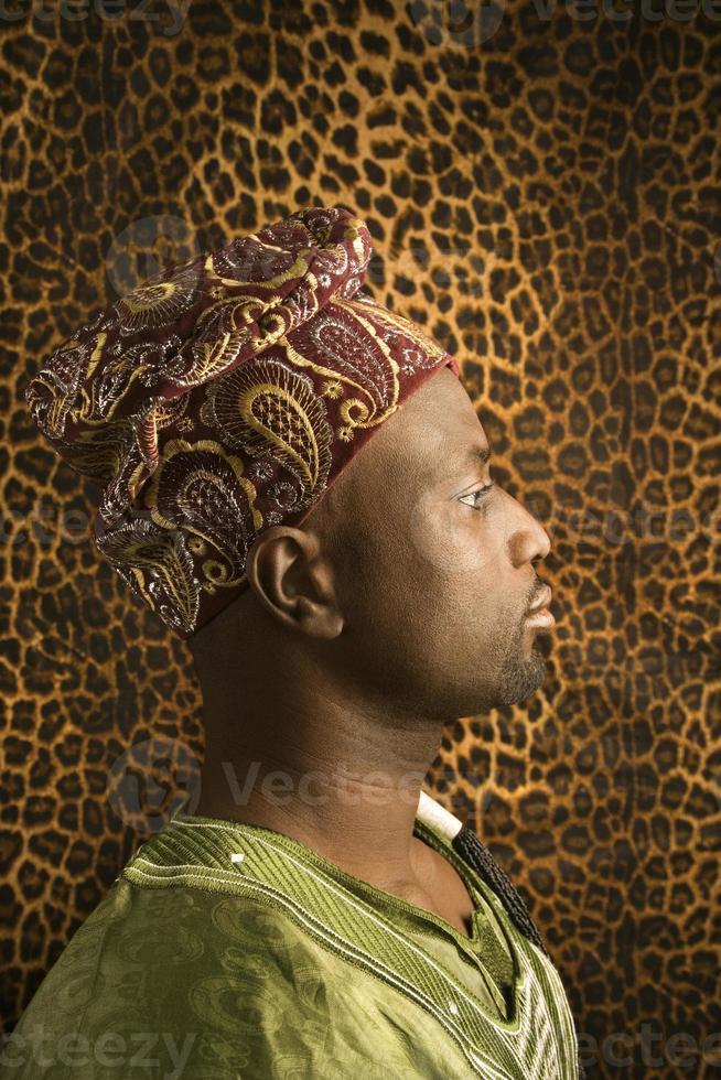 ung man i traditionella afrikanska kläder foto