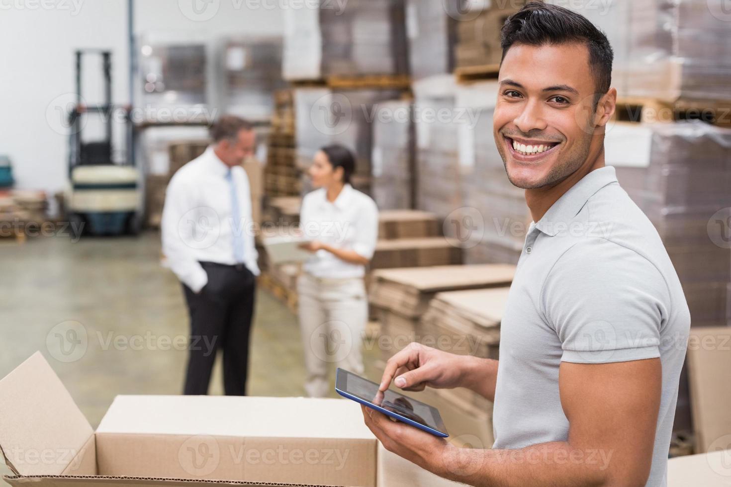 leende chef använder digital tablet foto