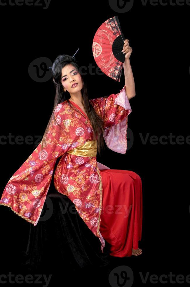modern geisha sitter på svart foto