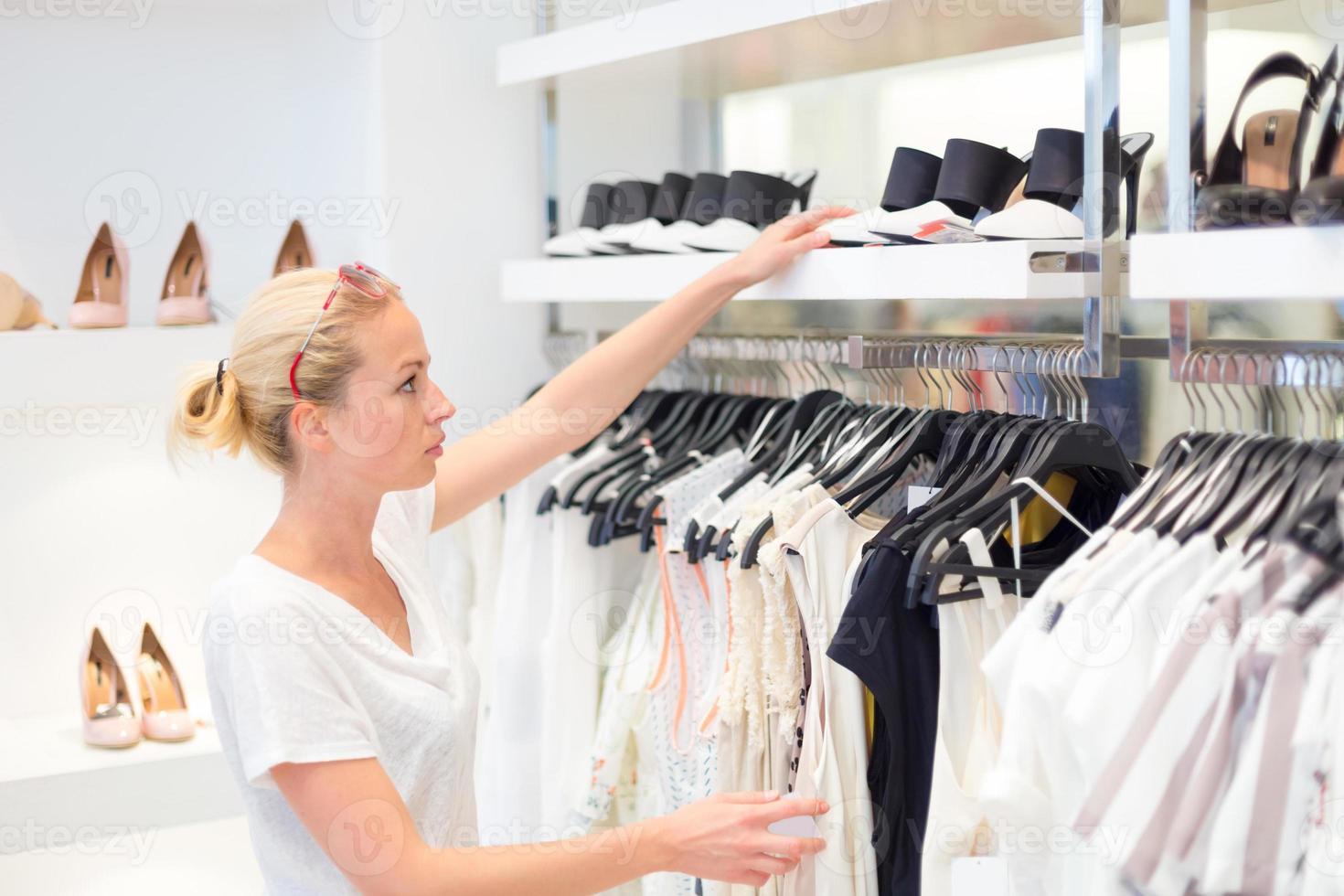 vacker kvinna som shoppar i klädaffär. foto