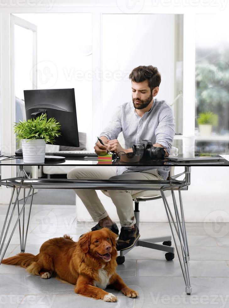 affärsman som arbetar på husdjursvänliga arbetsplatser foto
