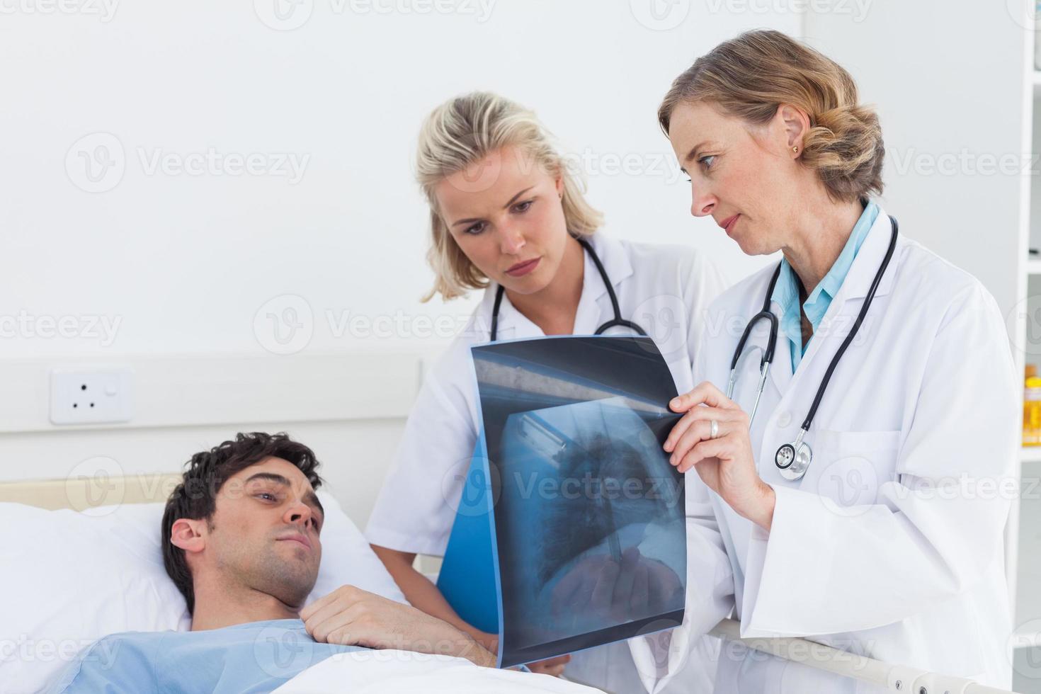 läkare som visar radiografi till en patient foto