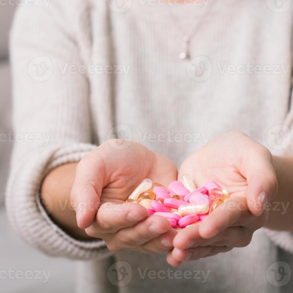närbild skott av en hand som håller piller. foto