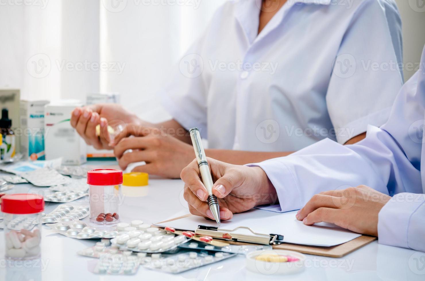 apotekare som arbetar på kontoret foto