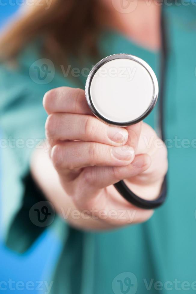 läkare hand som håller ett stetoskop foto
