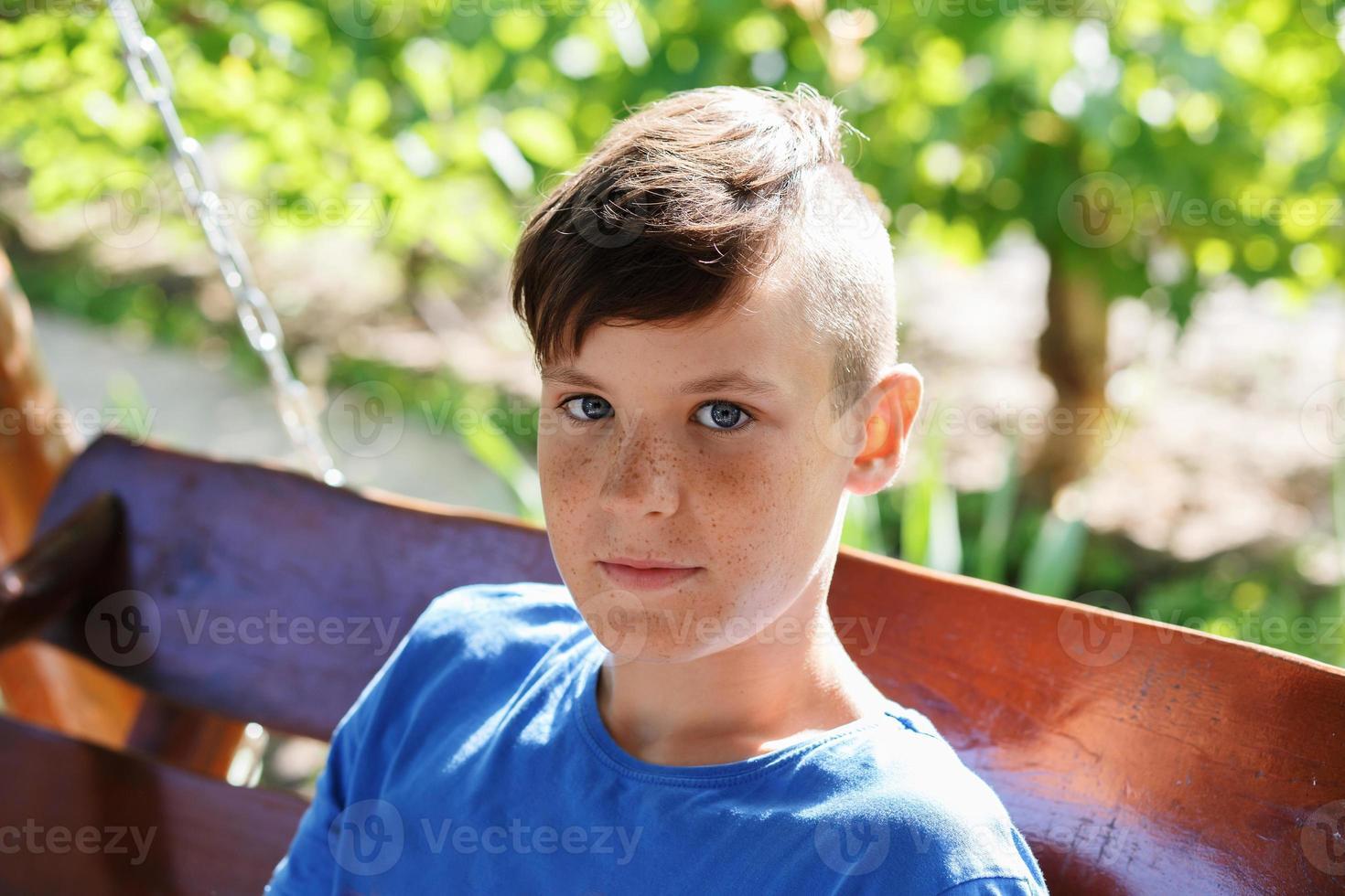 närbild porträtt av en stilig tonåring pojke foto