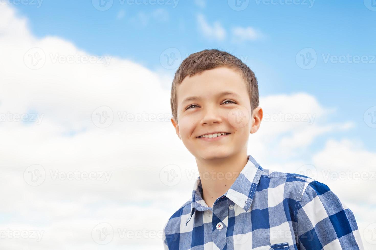 charmig tonårspojke foto