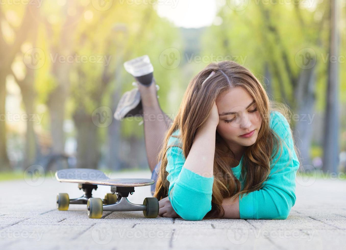 tonårsflicka med skateboard foto