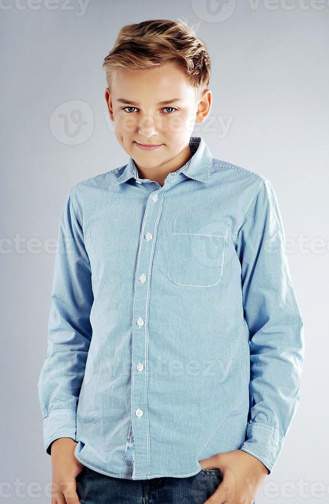 ung tonårig pojke poserar foto