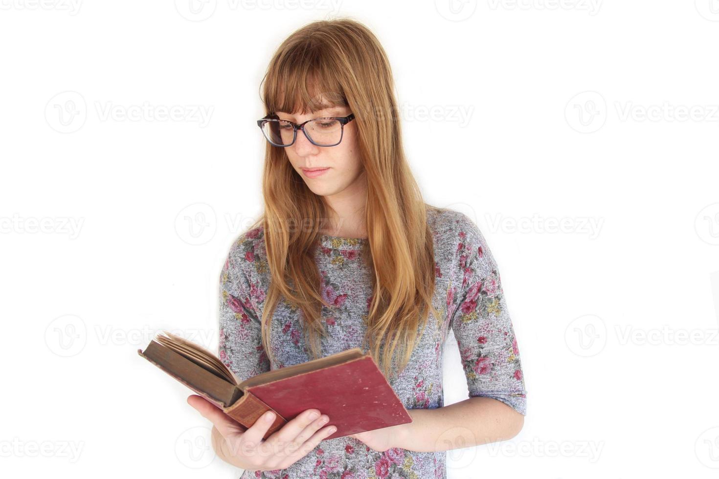 tonårsflicka läser bok foto