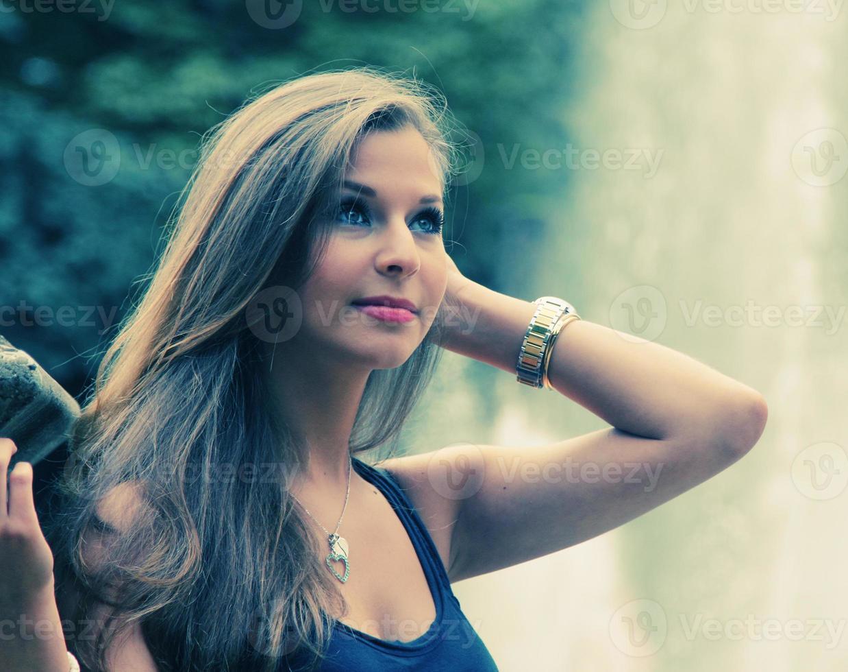 vacker brunett tonårsflicka foto