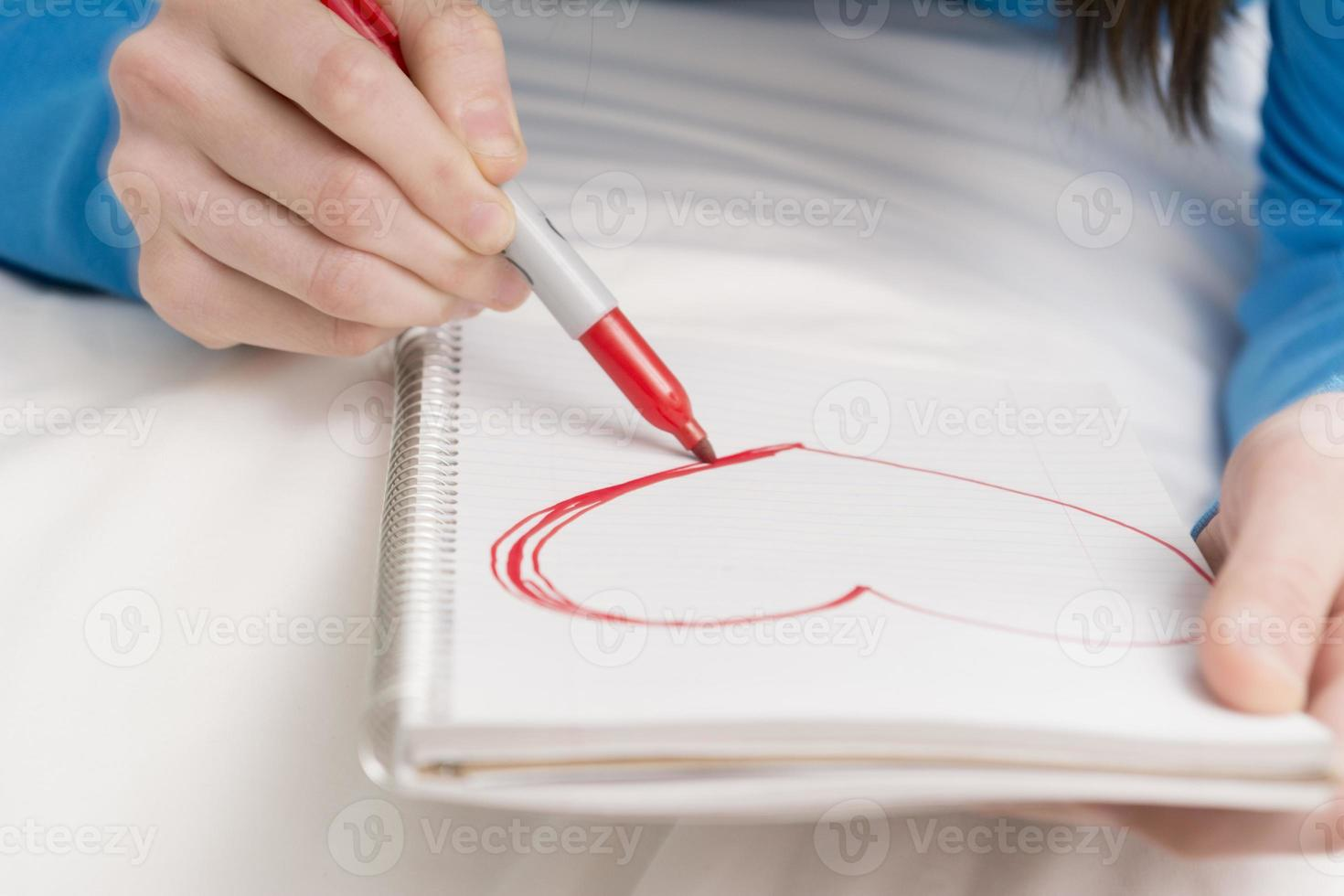 tonårsflicka ritning hjärta foto