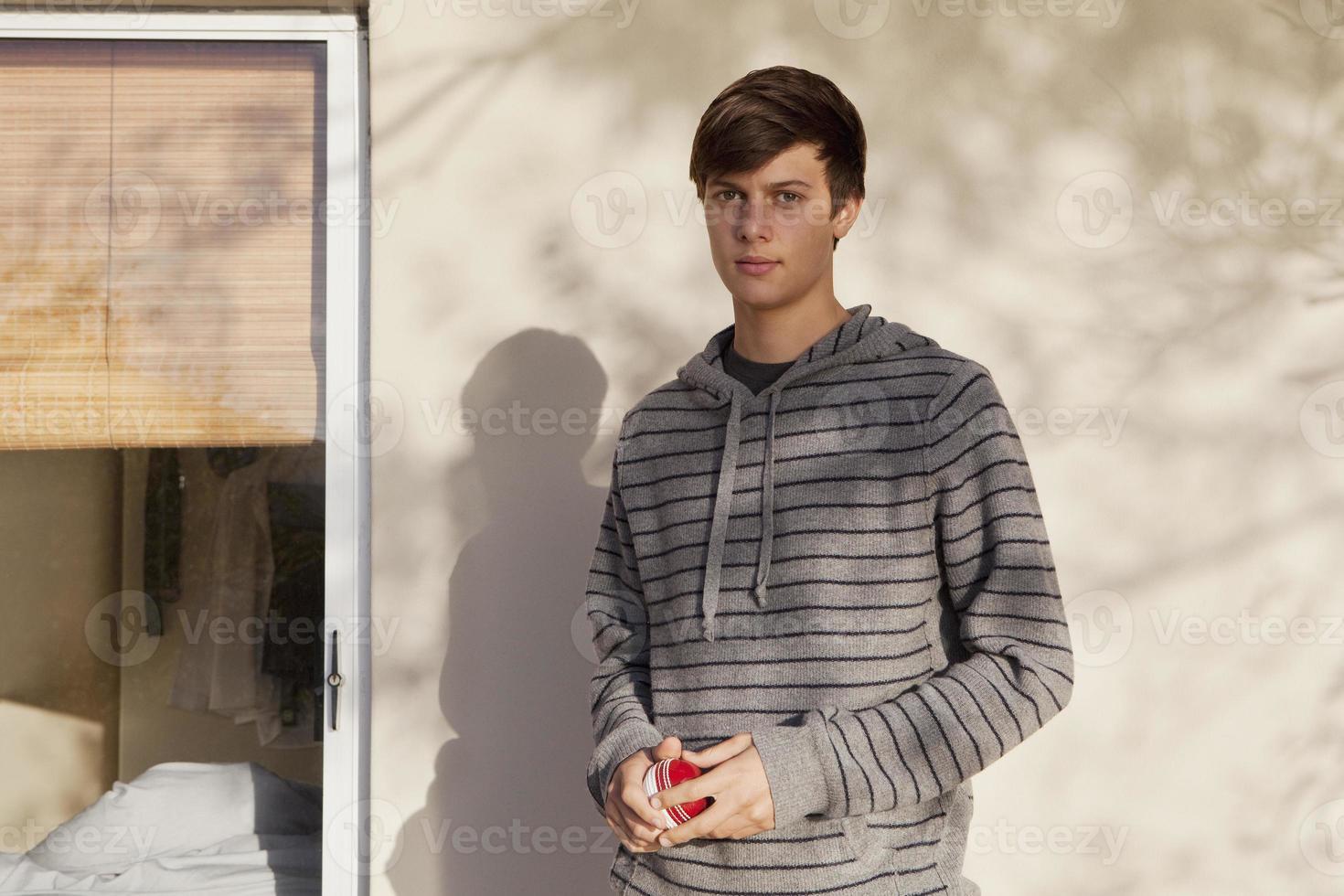 tonårspojke som står utomhus foto