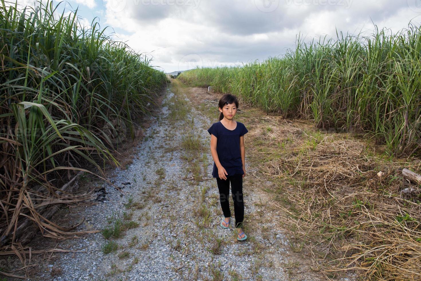 tjej som går på rak väg foto