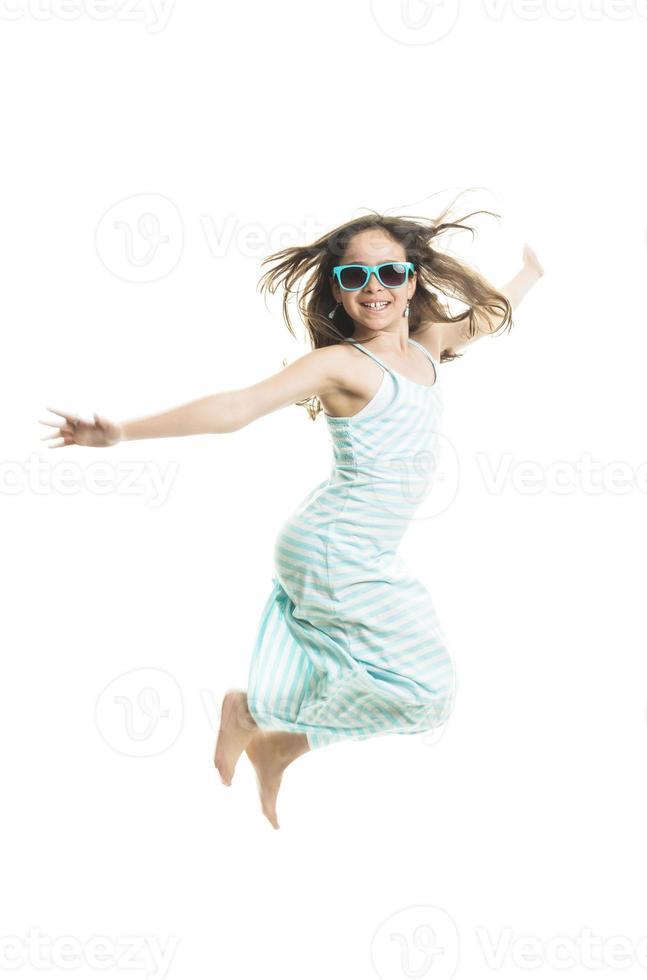 flicka tonåring bär på sommaren foto