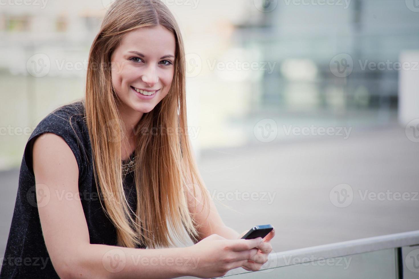 tonårsflicka med smart telefon foto