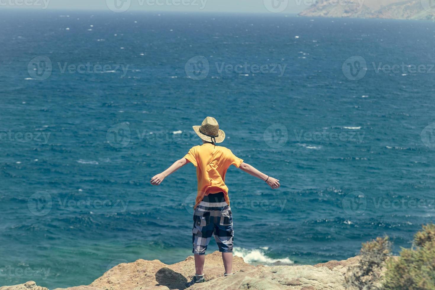 tonåring står på en klippa foto