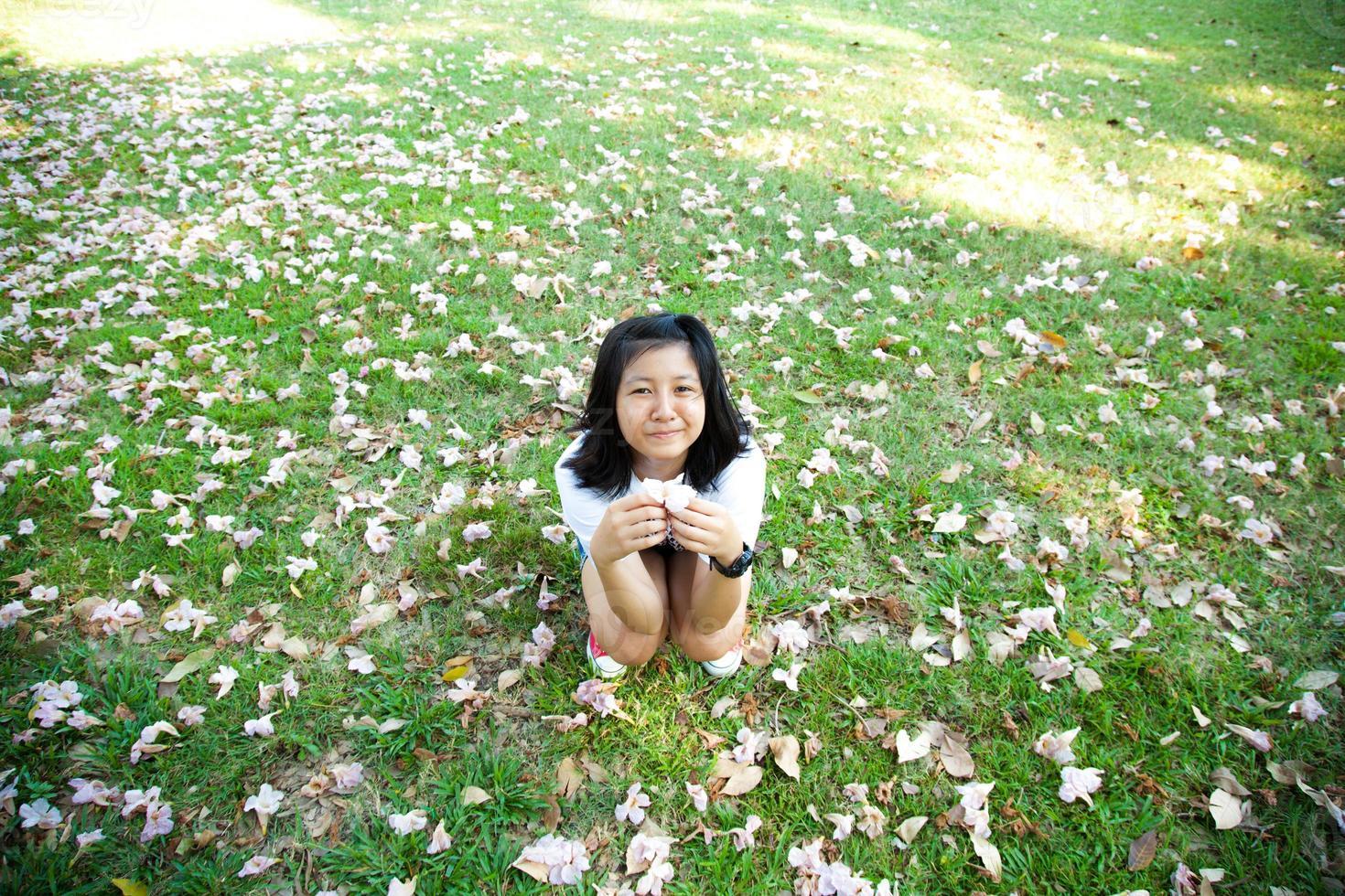 tonårsflicka sitter på gräset foto