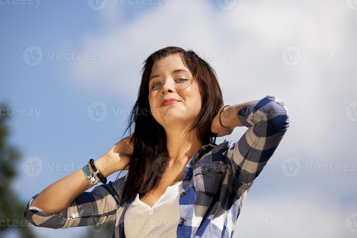 vacker leende brunett tonårsflicka foto