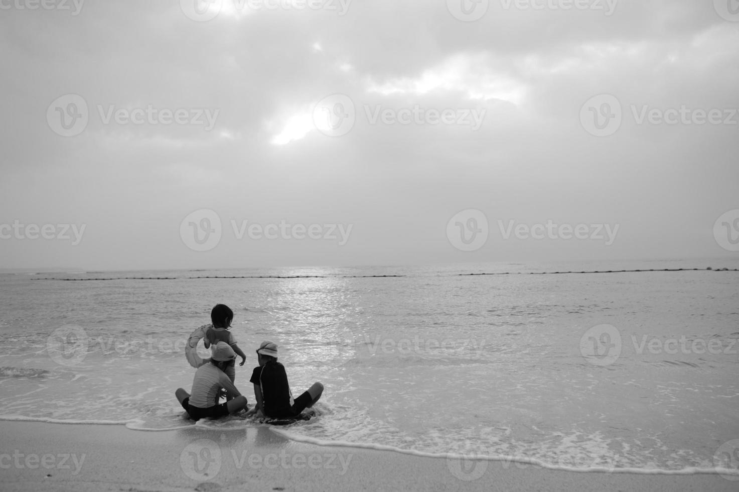barn på stranden foto
