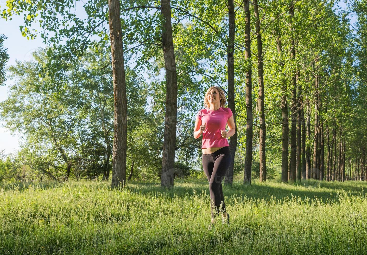 ung flicka löpare foto