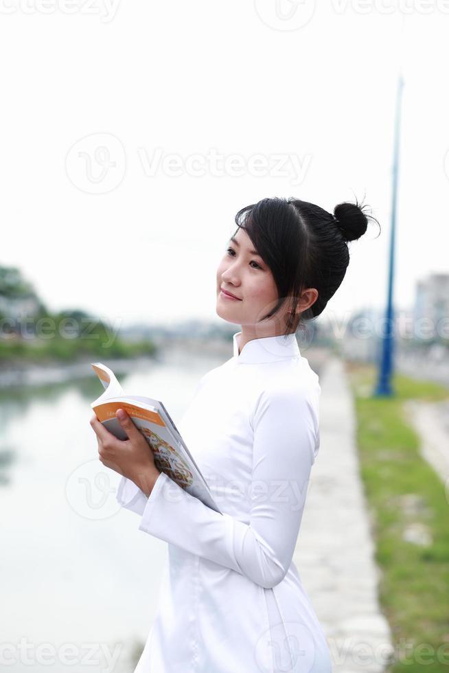 vietnamesisk ung flicka i vit traditionell klänning aodai foto