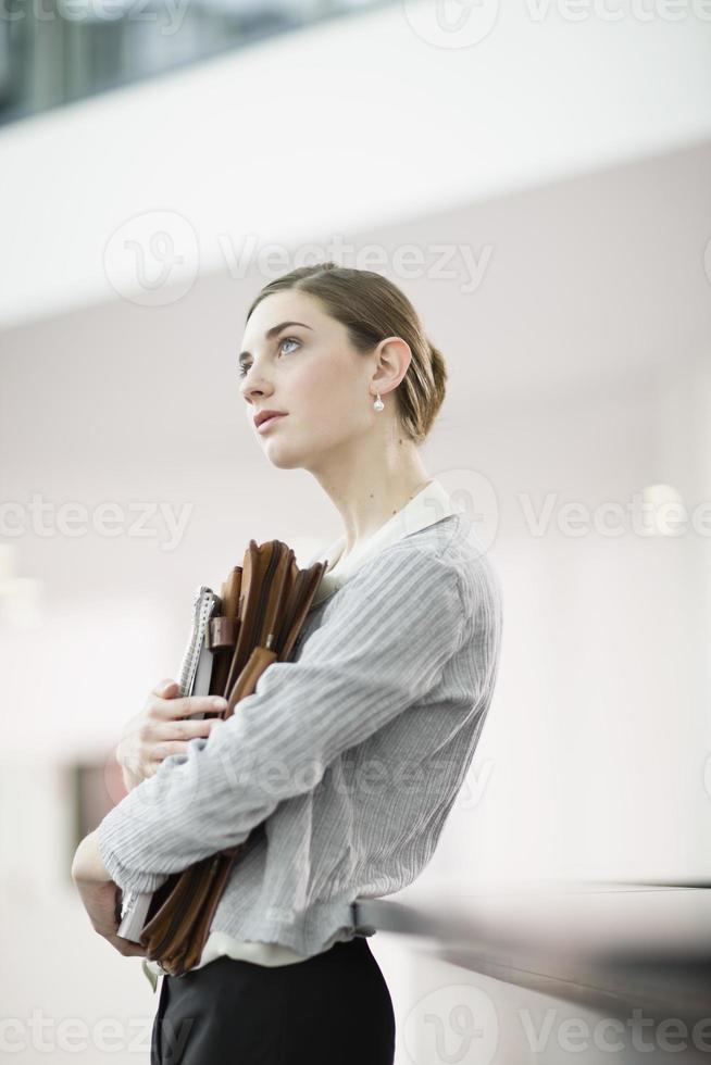 ung kvinna på ett kontor foto