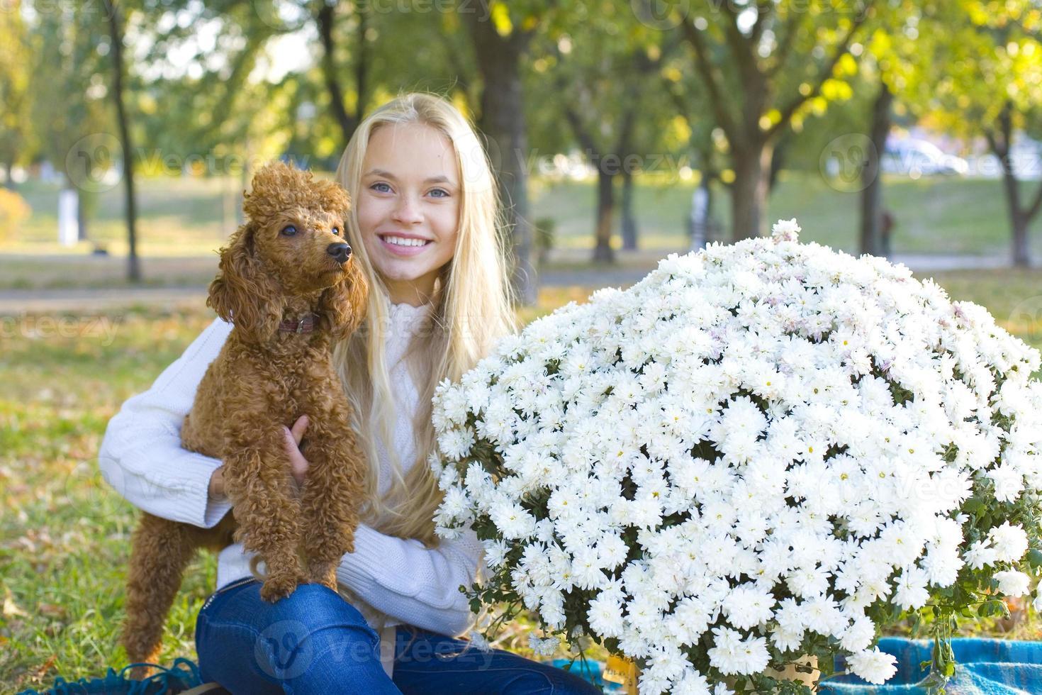 tonårig tjej och hennes röda pudel foto