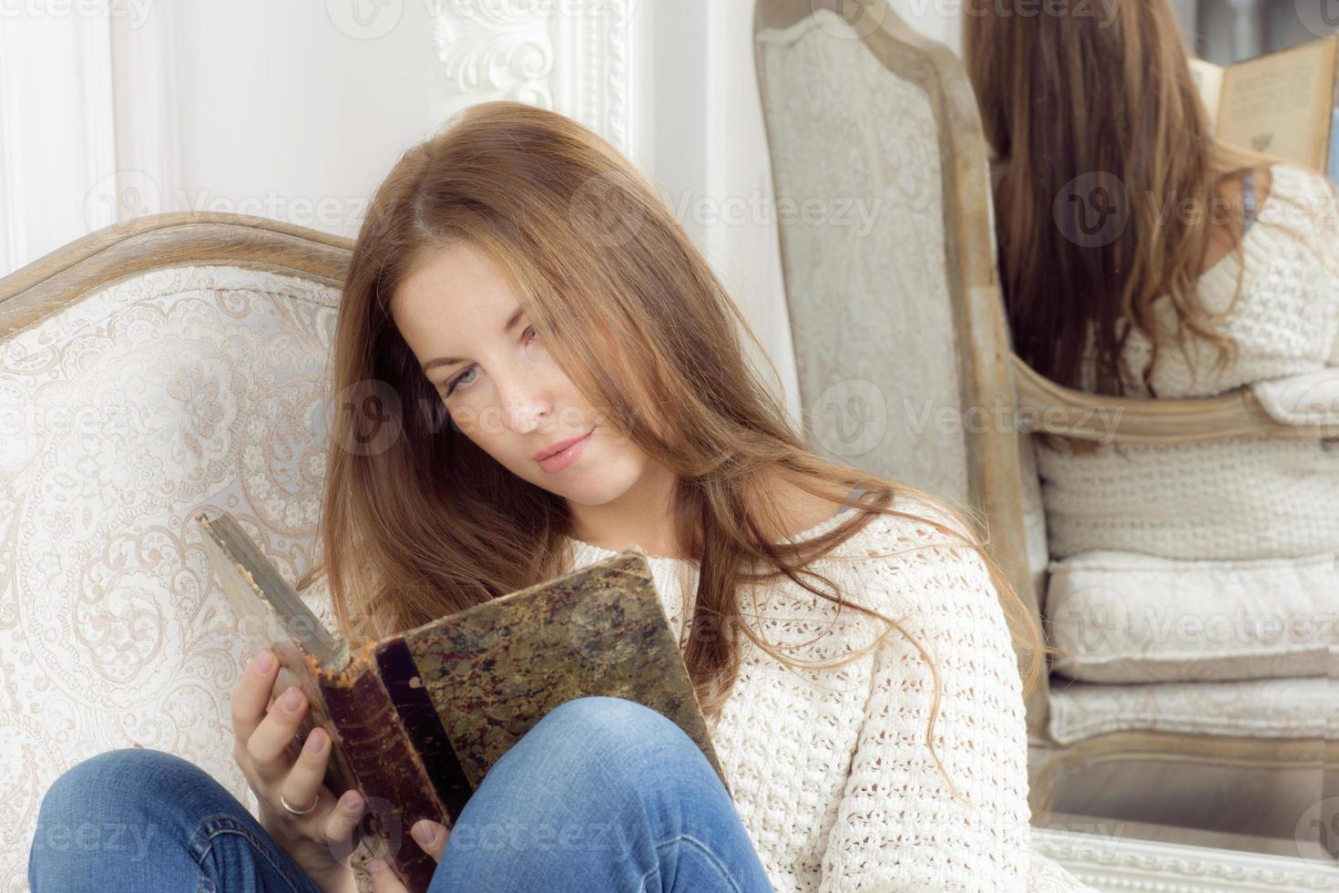 porträtt av en kvinna med en bok. foto