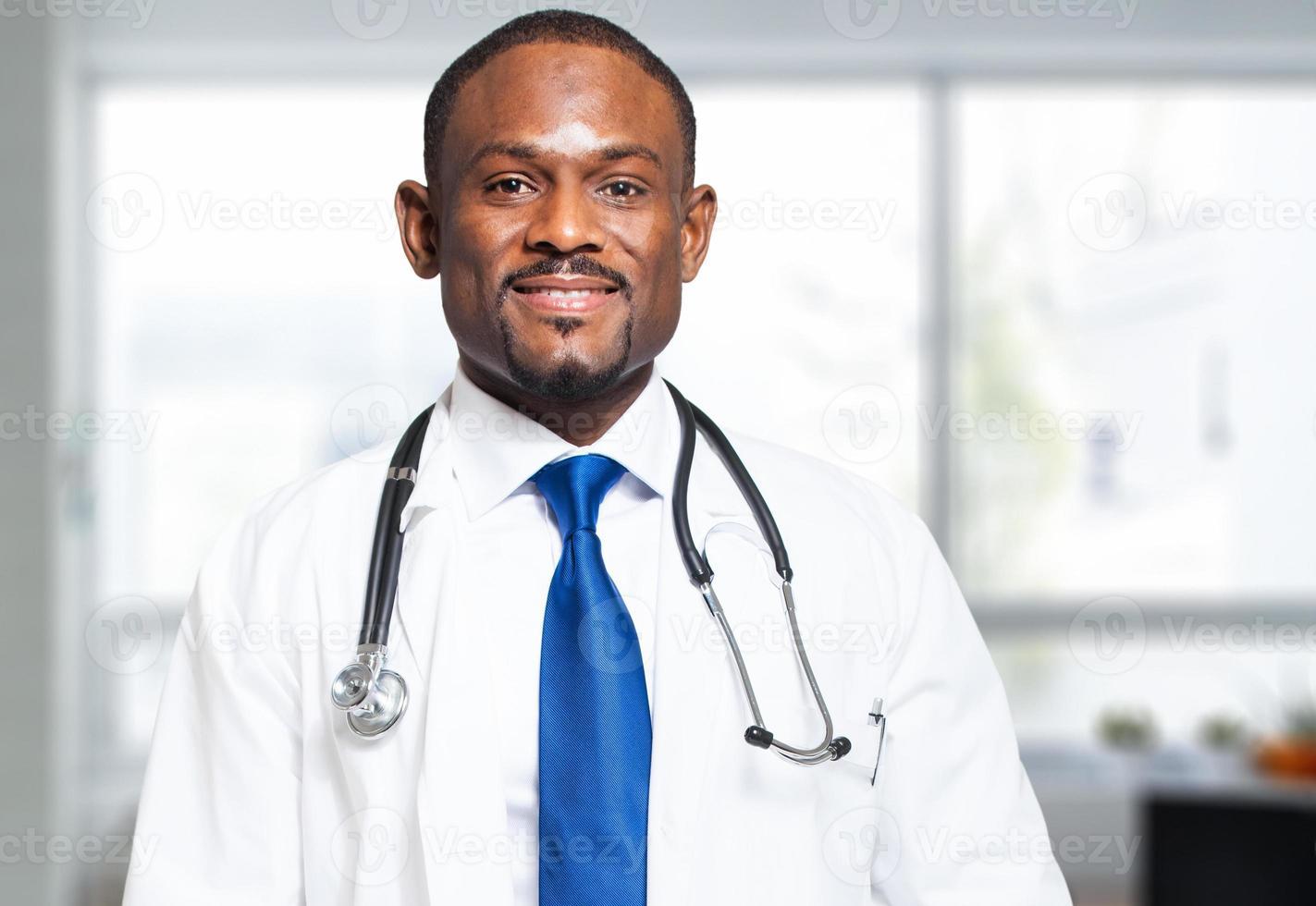 svart manlig läkare foto