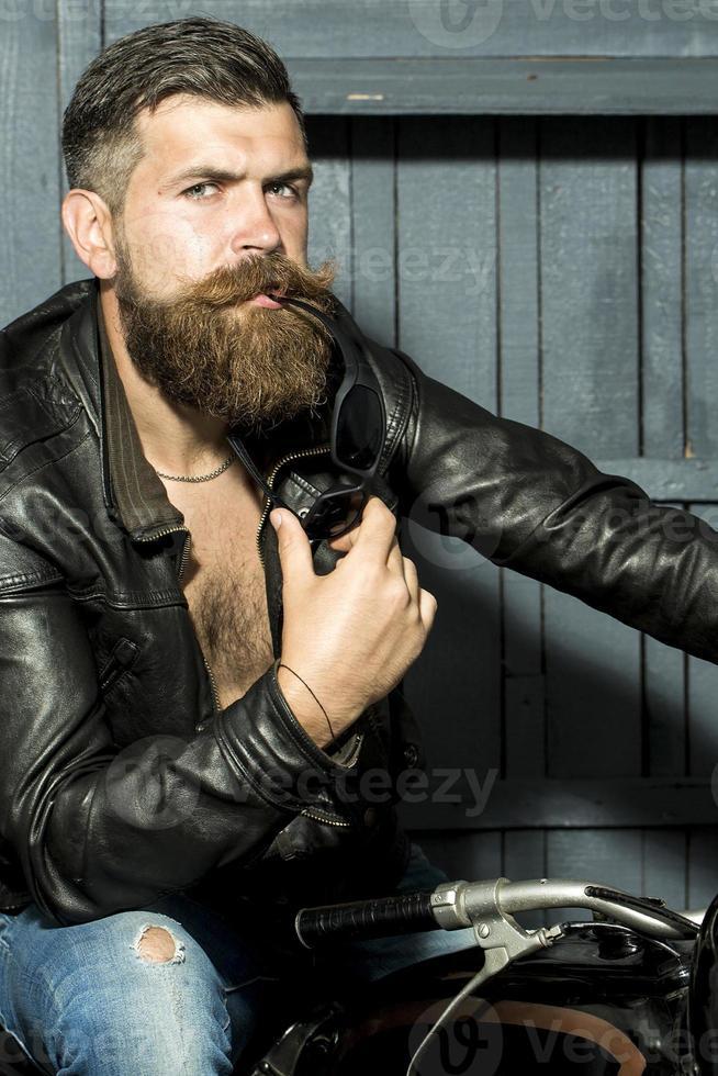 attraktiv manlig cyklist foto