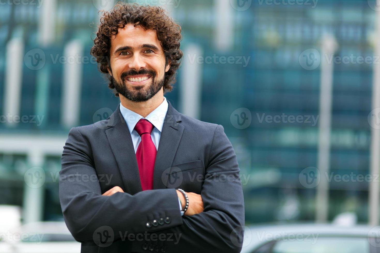stilig manlig chef utomhus foto