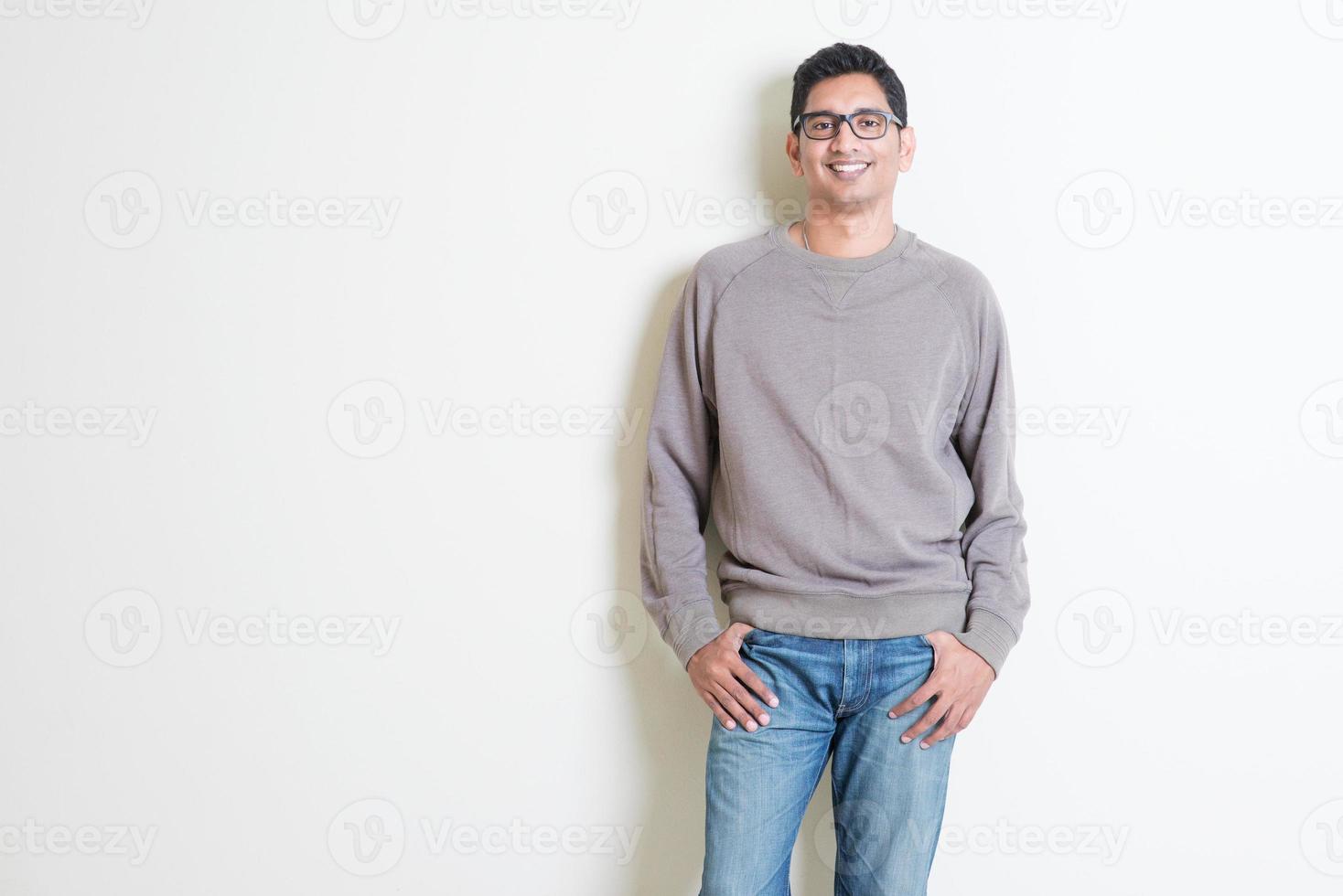 avslappnad indisk manlig porträtt foto