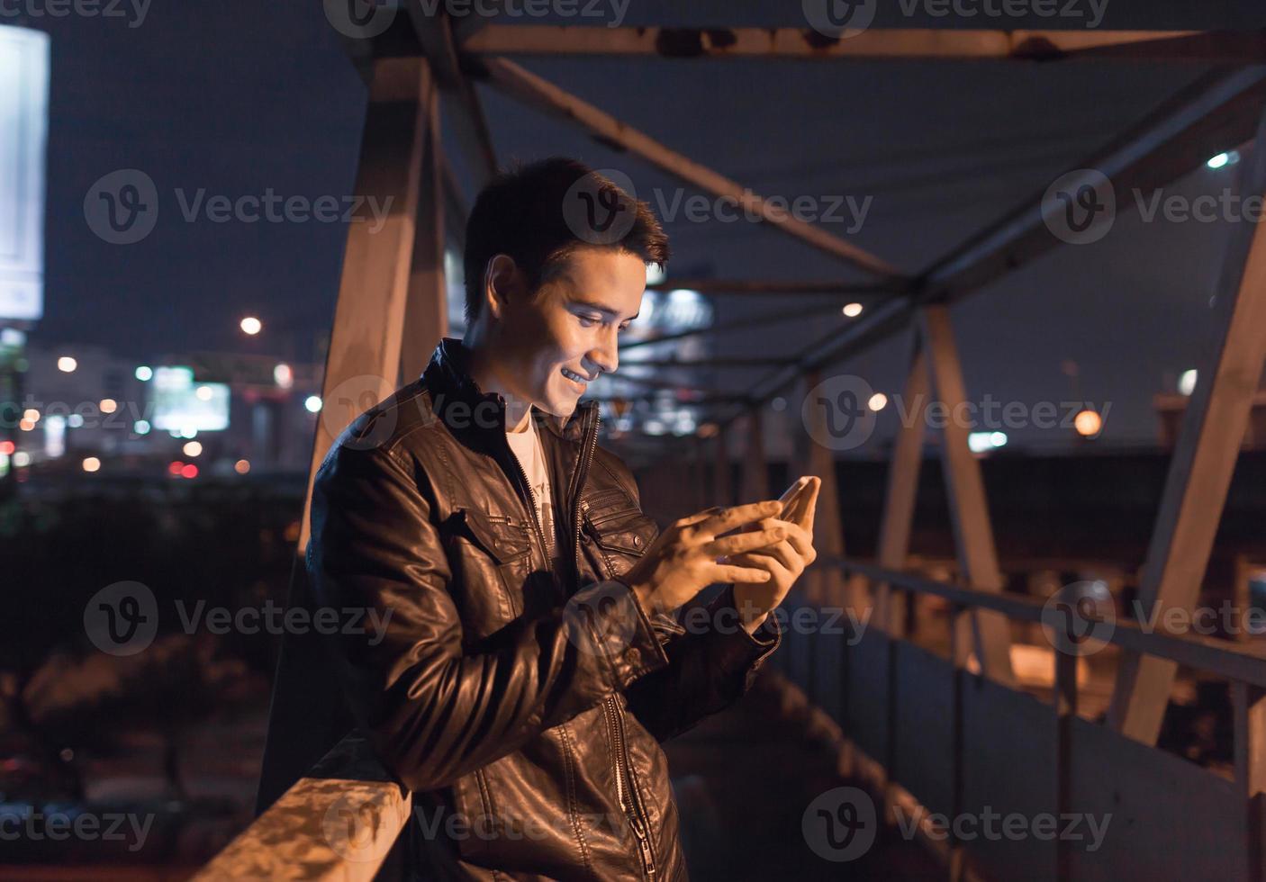 man som använder smart telefon foto