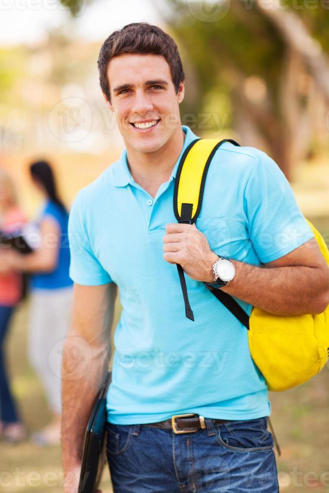 manlig universitetsstudent utomhus foto
