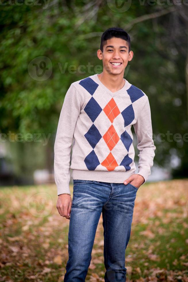 porträtt av latino tonårig man foto